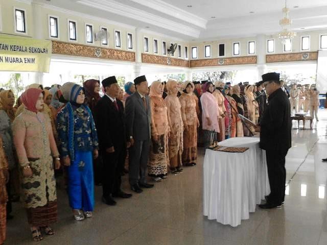 Bupati Muara Enim Muzakir Sai Sohar melantik 170 Kepala Sekolah di Balai Agung Serasan Sekundang, Selasa, (26/4/2016).