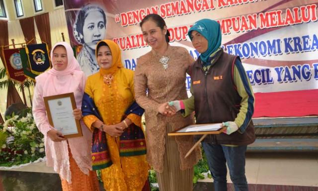 Pemkab Muara Enim beri penghargaan kepada dua perempuang tangguh pada peringatan Hari Kartini, Kamis (21/4).