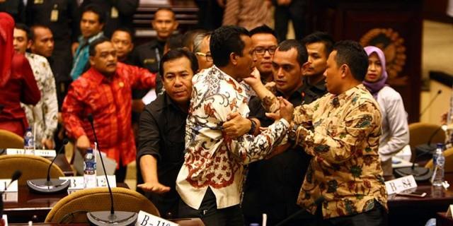 Anggota DPD asal Maluku Utara Basri Samarra ditenangkan oleh sesama anggota lainnya saat melakukan interupsi pada sidang paripurna di Gedung Parlemen Senayan,, Jakarta, Senin (11/04/ 2016)  Foto: Kompas