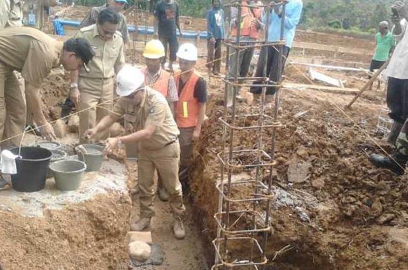 Bupati Muara Enim, Muzakir Sai Sohar, meletakan batu pertama pembangunan rumah sakit pratama tipe D di Semende Darat Laut, Senin (30/05/2016)
