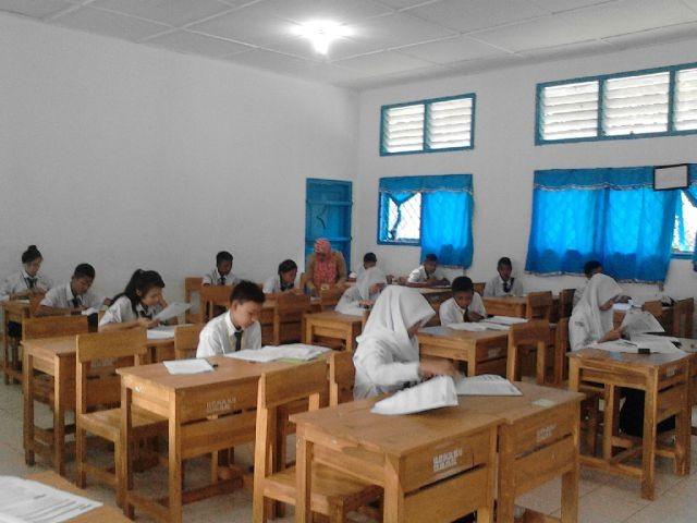 Pelaksanaan UN tingkat SMP sederajat di salah satu sekolah di Kabupaten Muara Enim