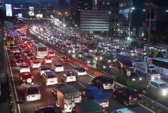 Ribuan kendaraan terjebak kemacetan di ruas Jalan Gatot Subroto dan Tol Dalam Kota di Jakarta, Rabu (4/5). Menjelang libur panjang akhir pekan sejumlah ruas jalan Ibu Kota terutama yang mengarah keluar kota dipadati kendaraan. ANTARA FOTO/Akbar Nugroho Gumay/kye/16