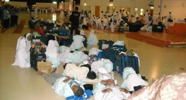 Jemaah umrah terlantar di Bandara Soekarno Hatta (Foto: muna tour)