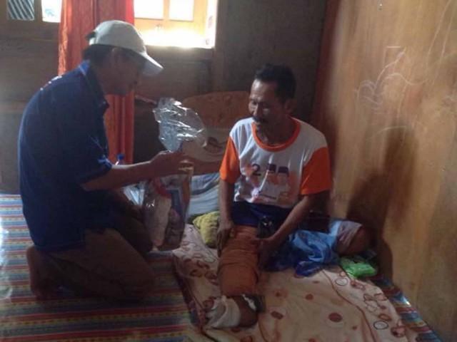Anggota DPRD Muara Enim Fraksi Partai Amanat Nasional membagikan paket sembako kepada warga tidak mampu di Desa Saka Jaya Kecamatan Muara Enim