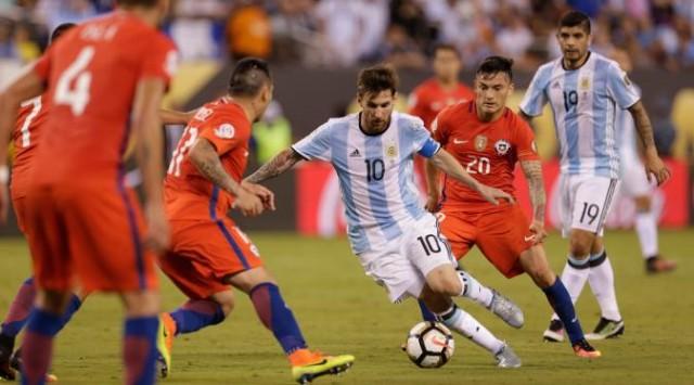 Lionel Messi melewati sejumlah pemain Chile pada final Copa America 2016 di MetLife Stadium, AS, Senin (27/06/2016) (Foto: USA Today Sports)