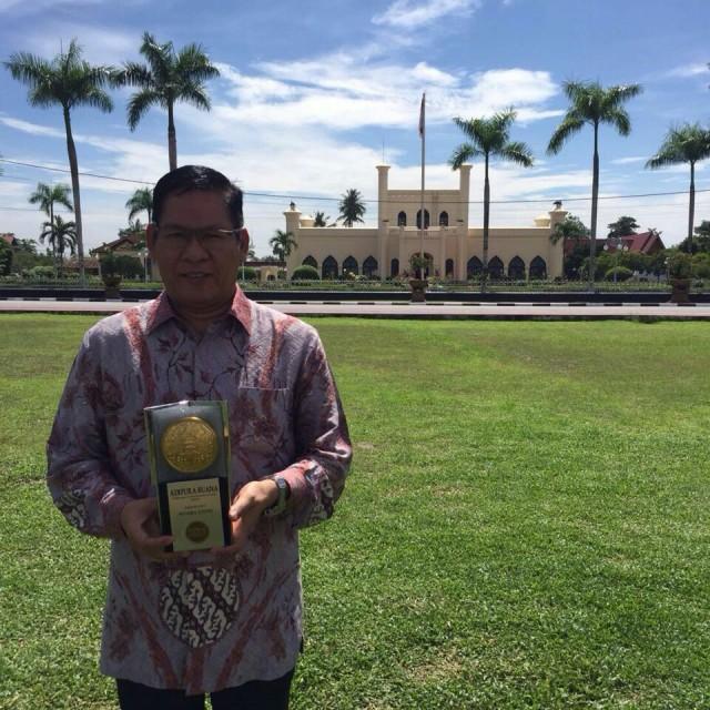 Wakil Bupati Muara Enim Nurul Aman sesaat setelah menerima penghargaan Piala Adipura dari Wakil Presiden RI, Jusuf Kalla, di Istana Sri Indrapura, Kabupaten Siak, Provinsi Riau, Jumat, (22/07/20160).