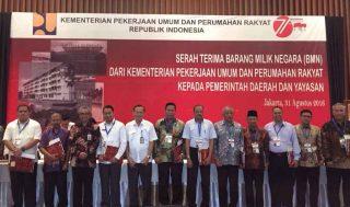 Wakil Bupati Muara Enim berfoto bersama kepala daerah lain sesaat setelah penandatangan hibah dari Kementerian PU di Jakarta, Rabu (31/08/2016)