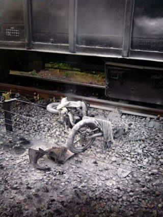 Motor milik korban terseret kereta Babaranjang belasan meter dan terbakar