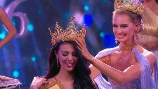 Claire Parker yang berasal dari Australia memberikan makhkotanya kepada Ariska sebagai pemenang Miss Grand International 2016. (Foto: Instagram @indopageants