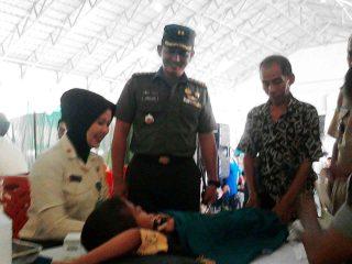 Dandim 0404 Muara Enim Letkol Infantri Jamaludin meninjau kegiatan sunatan masal dan pengobatan gratis di Desa Harapan Jaya Muara Enim, Selasa (04/10/2016).