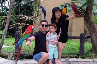 Mengajak anak anda berfoto bersama, bisa menjadi kegiatan yang menyenangkan di Taman Burung Bali (Foto: Andi Rasyid)