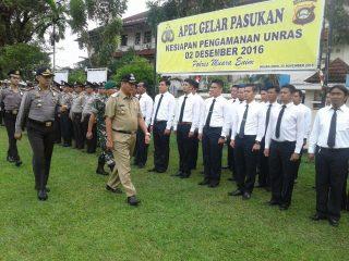 Wakil Bupati Muara Enim Nurul Aman saat memeriksa kesiapan aparat kemanan menghadapi aksi 2