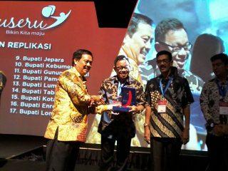 Bupati Muara Enim Muzakir Sai Sohar menerima penghargaan PerpusSeru di Jakarta. (Foto: Perpus Daerah Muara Enim)