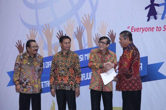 Kabupaten Muara Enim kembali meraih penghargaan dari pemerintah pusat. Kali ini, Muara Enim mendapat penghargaan dari Kementerian Hukum dan Hak Asasi Manusia (Kemenkumham) karena dinilai peduli terhadap Hak Asasi Manusia (HAM).