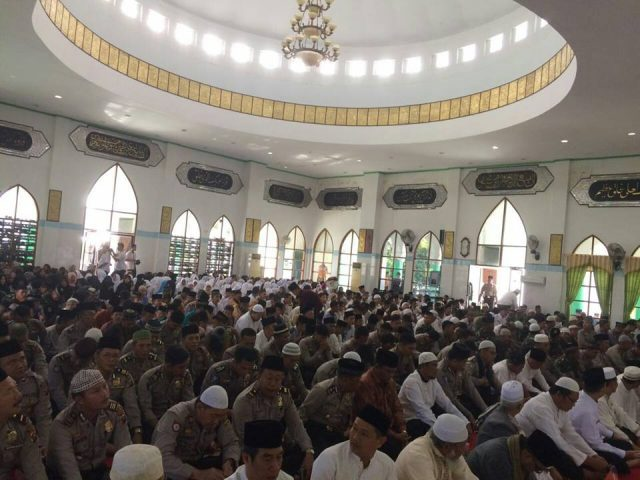 Ratusan warga Muara-Enim mengikuti doa dan zikir bersama di Masjid Babbusallam-Islamic Center Muara Enim