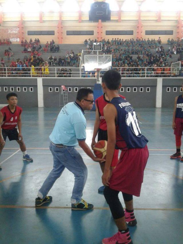 """Bupati melakukan """"jump ball"""" menandai dibuka turnamen basket dan dance Bupati Cup 2016"""