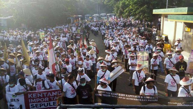 Ribuan petani kentang mendatangi Kementerian Perdagangan. Mereka meminta pemerintah menghentikan impor kentang.