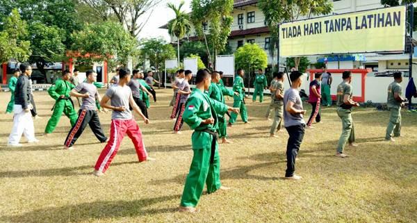 Latihan bela diri bersama Satpol PP, TNI dan Polri di Mapolres Muara Enim, Kamis (19/1/2017).