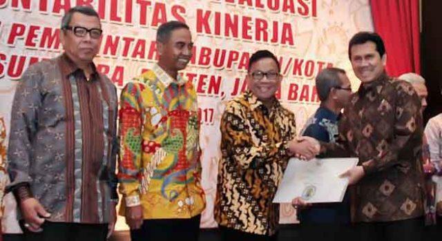 Bupati Muara Enim Muzakir Sai Sohar menerima Hasil Evaluasi Evaluasi Akuntabilitas Kinerja Instansi Pemerintah (LHE AKIP) yang diserahkan Menteri PAN & RB, Asman Abnur, di Bandung, Rabu (25/1/2017).
