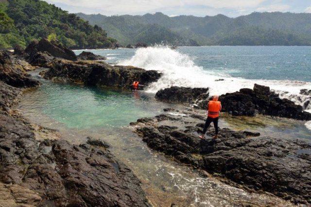 Deburan ombak yang terhalang batu karang menambah eksotisnya laguna ini (Foto: Dinas Pariwisata Kabupaten Tanggamus).
