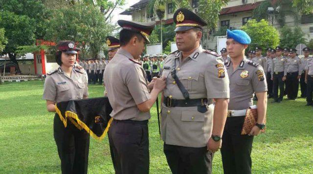 Kapolres Muara Enim AKBP Hendra Gunawan melantik dua pejabat baru di jajaran Polres Muara Enim, Kamis (16/2/2017).