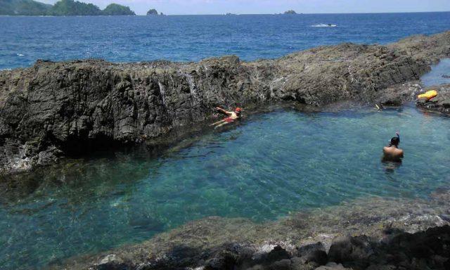 Laguna Dayau menyerupai kolam renang raksasa yang alami dengan air berwarna biru kehijauan (Foto: Dinas Pariwisata Kabupaten Tanggamus).